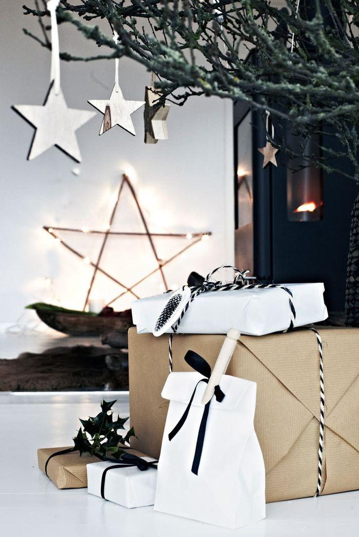 Enkel julepynt med gråpapir og stjerner i minimalistisk hjem