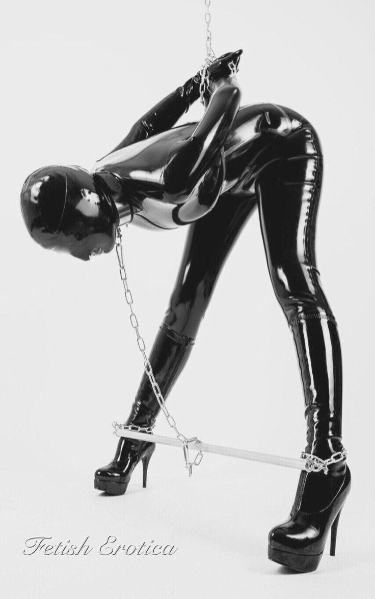 Frau in latex gefesselt