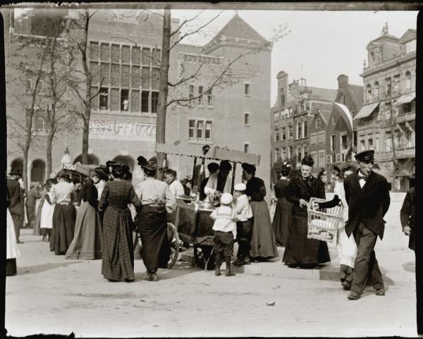 Beursplein · 27 mei 1903 - 29 mei 1903 Beursplein.Links: Beurs van Berlage. Rechts: Beursstraat 41 t/m 51 (ged.) (v.l.n.r.).Publiek op de been bij het bezoek van Koningin Wilhelmina..