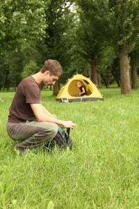 """Stelle, fili d'erba, vento tra i capelli, tende: per coloro che amano le vacanze in stile """"wild"""", oggi vi presentiamo un applicazione, per android, molto """"pratica"""".    Infatti """"CampingApp Italiano"""" ci permette di trovare il campeggio più adatto a noi!"""