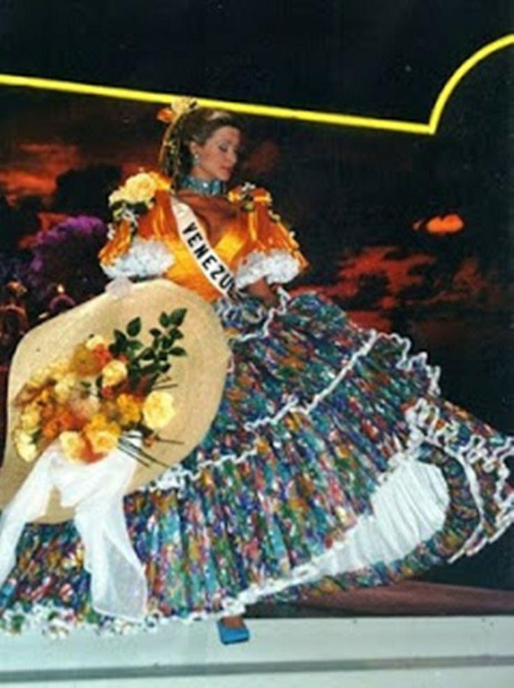 Miss Venezuela 1996, Marena Bencomo,  Representando al Pais en el Certamen de Miss Universe 1997, luciendo el Traje Tipico de Dama Antañona..