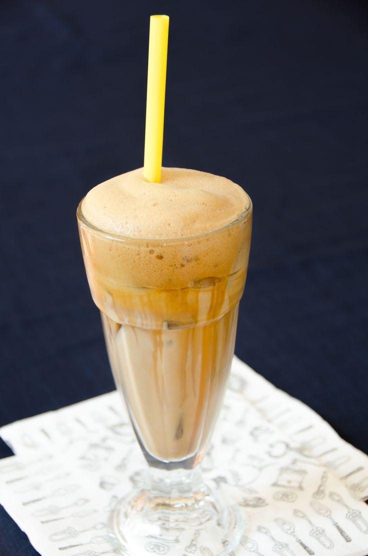 Kawa frappe – Kawa frappe, można powiedzieć napój narodowy Grecji. Pije się ją w różnych kombinacjach z cukrem i bez niego z mlekiem lub bez…, ale zawsze mocno schłodzoną i z dużą pianą z kawy. Przyrządza się ją bardzo łatwo, niezbędna jest kawa rozpuszczalna dobrej jakości bez dodatków. Do przygotowania jej wystarczy słoik i nie trzeba do tego specjalnych urządzeń mikserów, shakerów… Do słoika należy wsypać kawę dodać odrobinę wody, jeśli pijecie z cukrem, to i cukier... #cukier #kawa #lato