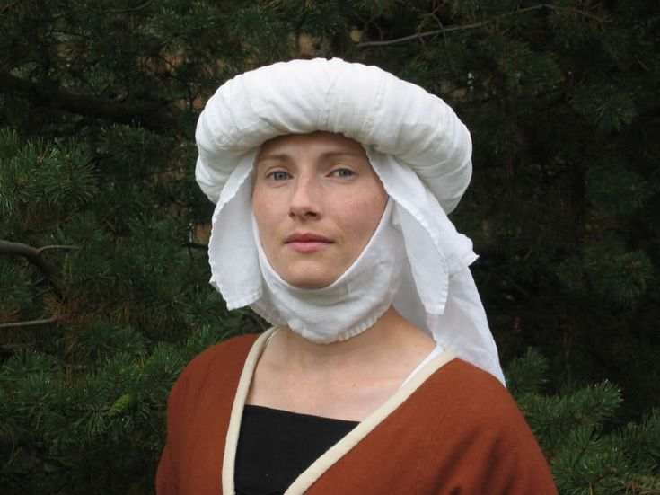 Matilda la Zouche's mid-15th c. Burgundian w/padded roll headwear. Unfortunately, nothing in blog about the roll.