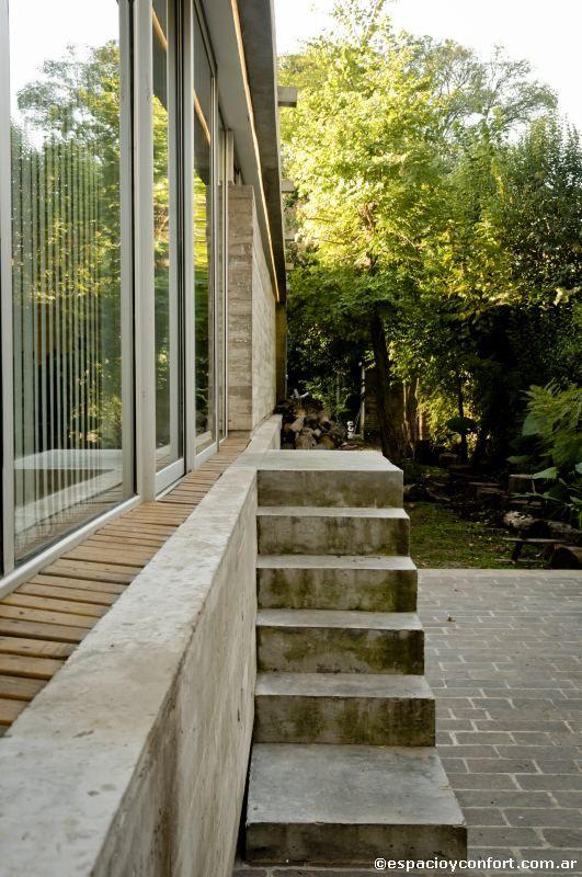 Obra de la arquitecta Camila Gil Soria, esta casa conjuga imaginación, respeto por el entorno y bajo mantenimiento para ofrecer soluciones simples a problemas complejos.