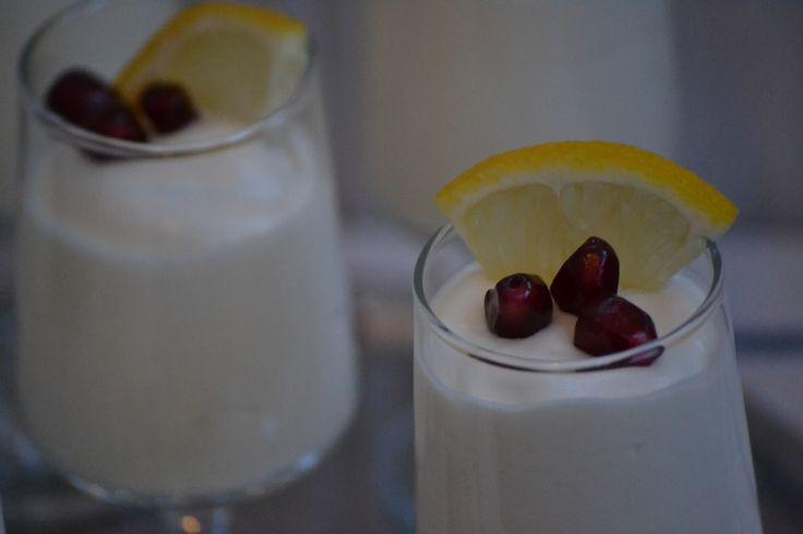 Här kommer recept på en fräsch lemoncurdmousse. Tillredningen kräver inte alls mycket tid i anspråk och det går bra att förbereda i god tid före gästerna kommer. För en festlig känsla kan man gärna servera i fina glas.