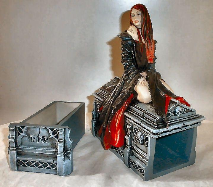 Prachtige Gothic sieradendoos van Anne StokesGemaakt van polystone17 cm hoogDit laat een vampier op een doodskist zienDe kist heeft een la van tevoren, waar sieraden of hebbedingetjes in kunnen