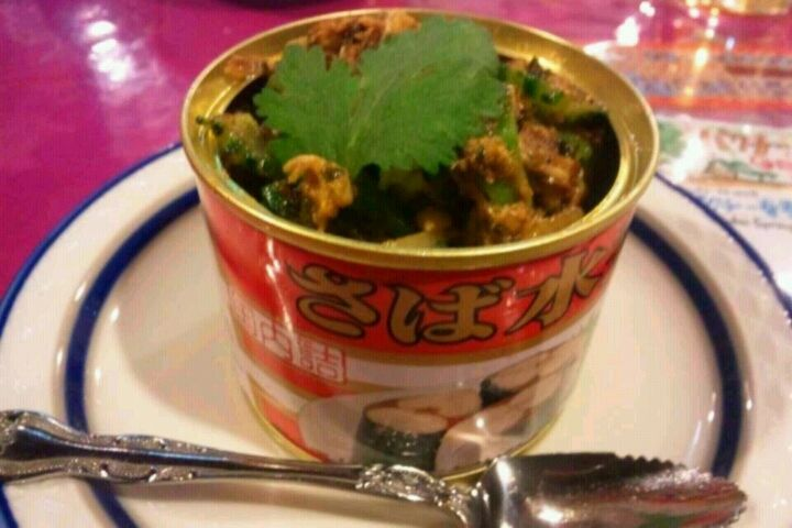 """経堂の人気インド料理店『ガラムマサラ』。そこの人気メニューの1つにサバの水煮缶を使った""""サバ缶""""なるメニューがあるのですが、これが、マジで激ウマなのです!!(…          ゴーヤとオクラが入ってますが、  ゴーヤは高いので(苦笑)オクラのみで作ってみました。      【材料(2人前)】     サバの水煮缶 1缶    オクラ 3本     クミンパウダー 小さじ1.5     コリアンダーパウダー 小さじ1    ブラックペッパー 小さじ1/3        まず、サバ缶の身を軽くほぐしておきます。      鍋に油をひき、オクラを軽く炒めた後に、ほぐしたサバ缶の身を投入!!     強火で一気に炒めましょう!!!          身が乾かないように、     途中で缶に残ってる汁を加えると良いカンジになります。       オクラにある程度火が通ったら、  パウダースパイスを入れて、強火でチャチャっと炒めましょう!!!     最後に塩で味を整えれば、   サバ缶スパイス炒め 経堂風の完成~~♪♪"""