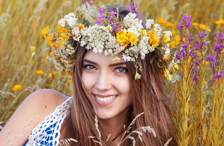 Visst är det något magisk meden vacker midsommarkrans? Oavsett om du är förbered medett helt kitt av verktyg med sytråd, ståltråd och grön maskeringstejp, eller ja, inget mer än blommor, så kommer de här guiderna att hjälpa dig binda en vacker midsommarkrans. Hoppas att ni får en härlig dag med sol, skratt och vackra kransar!
