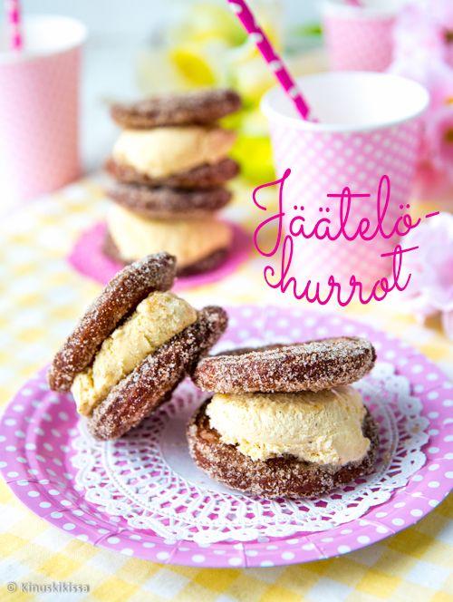 Churrolados - jäätelötäytteiset churrot  Espanjalaiset munkit eli churrot ovat isolla tähtityllalla pursotettuja tankoja. Tyypillisesti niitä nautitaan dippaamalla kaakaoon, kahviin tai suklaasulaan. Churro-taikinasta voi pursottaa myös kiekkoja ja täyttää jäätelöllä. Näin niistä saa taivaallisia jäätelöleivoksia vappu- tai kesäherkutteluun. #vappu