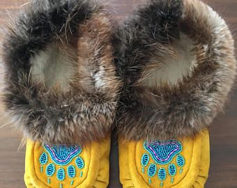 Women's Size 9 Native American Moccasins with beaver fur