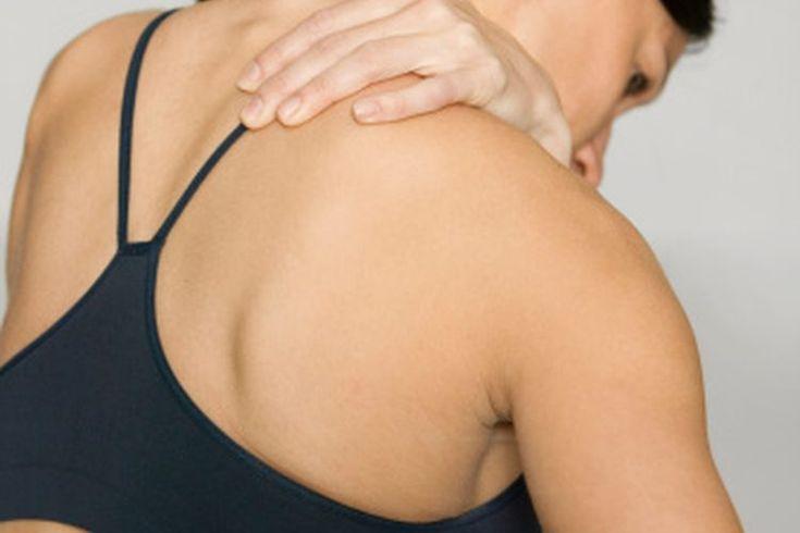 Dolor de hombro por nadar. El hombro es la articulación más flexible del cuerpo y los nadadores lo usan para rotar el brazo por encima de la cabeza y para nadar rápidamente. Un uso frecuente puede llevar a fatiga en los músculos que componen el hombro, también conocidos como el manguito de los ...