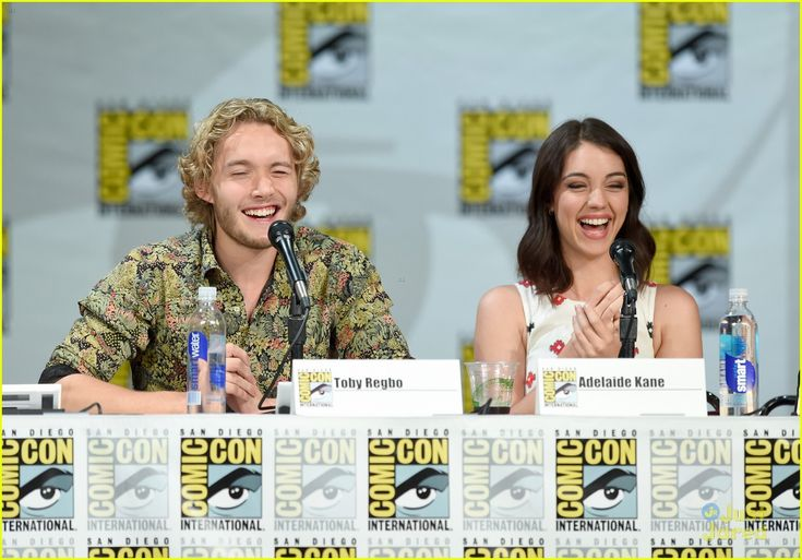 Adelaide Kane & Toby Regbo Are In Full On Adorable Mode at Reign's Comic Con 2014 Panel | adelaide kane toby regbo reign sdcc panel 15 - Pho...