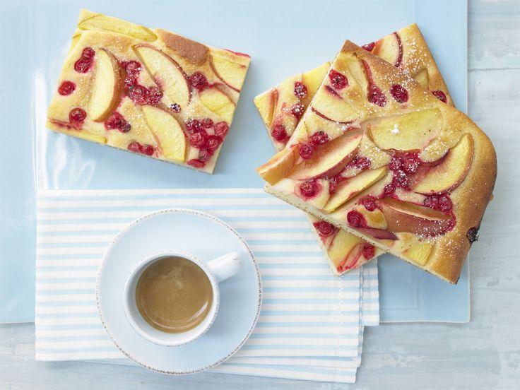 Nektarinen-Johannisbeer-Kuchen - mit Grieß und Joghurt - smarter - Kalorien: 190 Kcal - Zeit: 40 Min. | eatsmarter.de