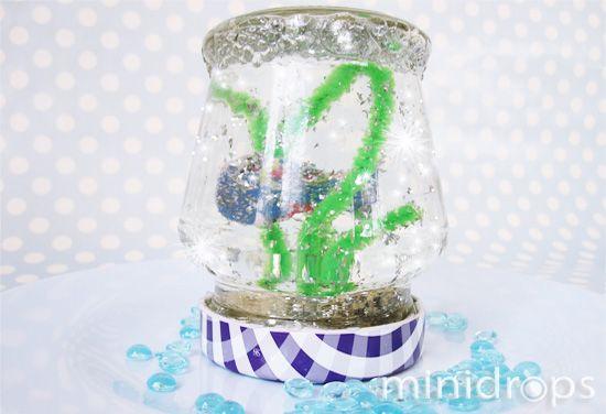 Benötigt werden ✓ Marmeladenglas ✓ grüne Pfeifenputzer ✓ Glitzerschnipsel (aus dem Bastelgeschäft) ✓ Moosgummireste ✓ kleine Kieselsteine ✓ Heißklebepistole Eine schöne Bastelidee für die Unterwass...
