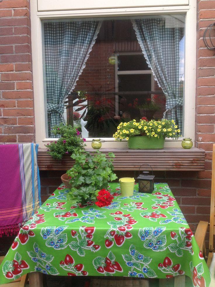 Tafelkleed van kitch kitchen, kleed uit Ibiza, petunia's en geranium van de plantjesmarkt in Zunderdorp