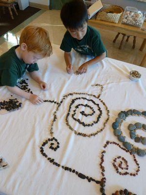 diseños impresionantes niño a medida y el arte con piedras sueltas y otros objetos pequeños