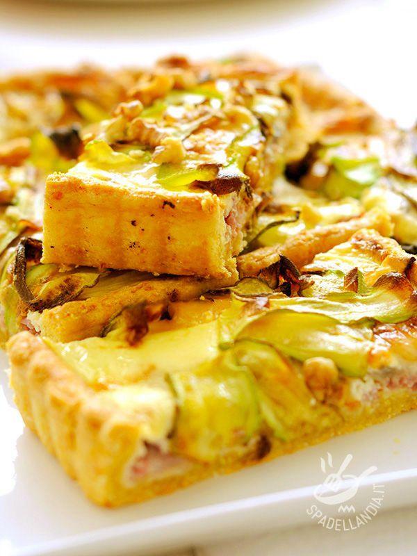 La Torta di zucchine e crescenza, arricchita con prosciutto di Praga e gherigli di noce è una bontà salata a cui è difficile resistere.
