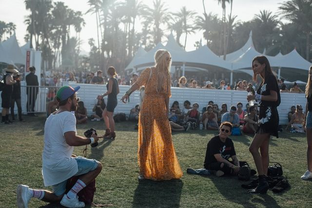 Coachella got into full swing under the bright Californian sun from Friday 14 to Sunday 16 April. From floral kimonos to crochet dresses, along with mini denim shorts, color block bags and glitter details, discover the best looks seen during the first weekend of the world's most fashionable festival.