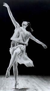 Née en 1878 à San Francisco, Isadora Duncan commence sa vie  d'artiste en Californie, puis à Londres et à Paris où elle fonde  plusieurs écoles de danse de ballet artistiques.  En 1922, elle épouse le poète russe Sergey Yesenin.  En 1927, Isadora roule en automobile sportive décapotable à Nice  lorsque son long foulard s'enroule dans la roue et l'étrangle sur le coup.   ...
