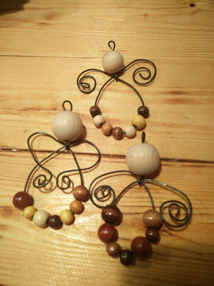 Små juleengle lavet af træperler og elefantståltråd...