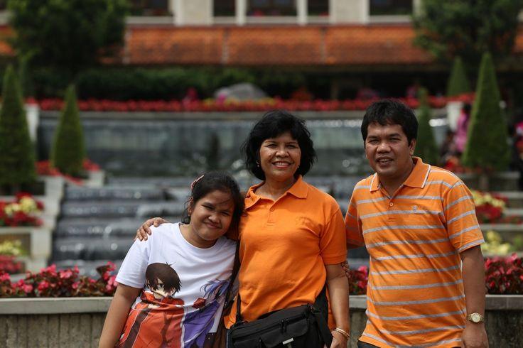 Foto saya bersama suami dan anak saya, Ruth, berlibur ke Taman Bunga Pucak pada Lebaran Tahun 2015