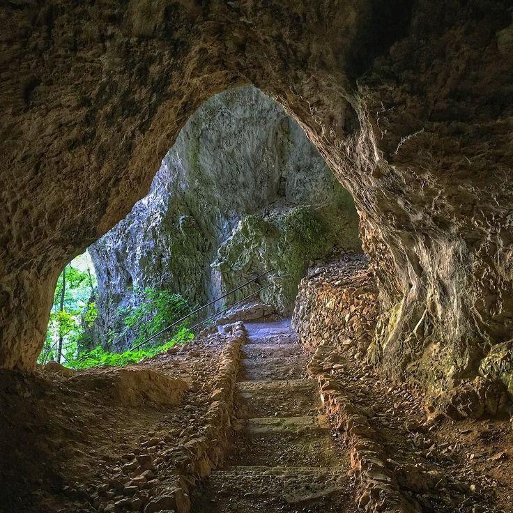 Giorno 13: inizia il trekking nel #plitvicenationalpark #happylittlecaravan #cave #hrvatska #stairs #plitvice #hole #croazia