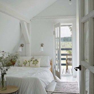 W sypialni widać stare belki stropowe.