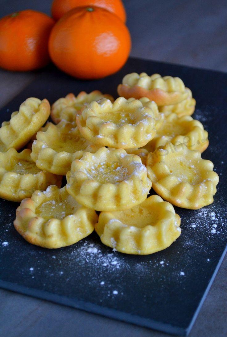 Décidément beaucoup de moelleux dans ma cuisine et sur ce blog ces derniers jours! Mais pour changer des pommes, je me suis tournée vers mes mandarines. Un peu trop acides à déguster telles quelles, elles ont bien parfumé ces petits moelleux dénichés...