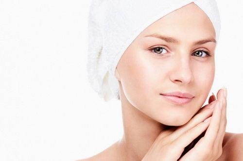 Горячее масло для волос - обертывания  Обертывание волос горячим маслом дает непревзойденный оздоровительный эффект! Регулярные процедуры питают и увлажняют, устраняют сечение, дают здоровый блеск и гладкость.  И при всем этом обходятся довольно недорого (смотря, конечно, какими маслами пользоваться). Именно поэтому этот метод стал так популярен, как в салонах, так и в домашних условиях.  Процедура проста, и, пожалуй, главное — определиться с маслом. Нужно подобрать его и по типу волос, и по…