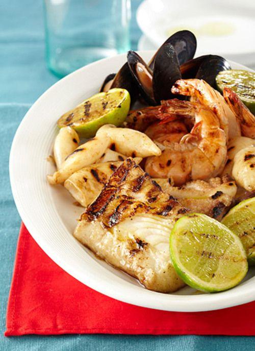 Puede escoger todo tipo de pescados y mariscos para su parrillada: vieiras, almejas, atún, colitas de langosta. Si los mejillones no abren su concha al cocinar, descártelos, pues no están frescos.
