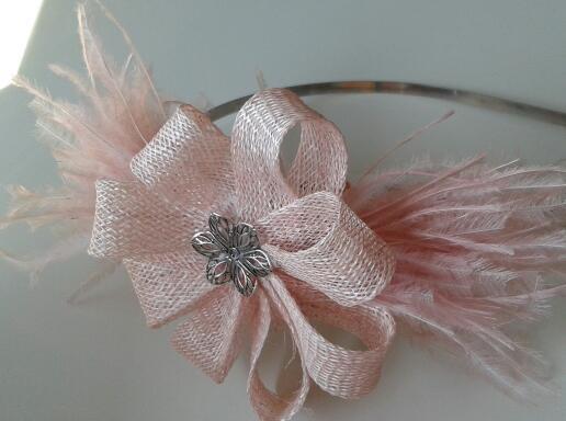 Diadema flor con plumas.