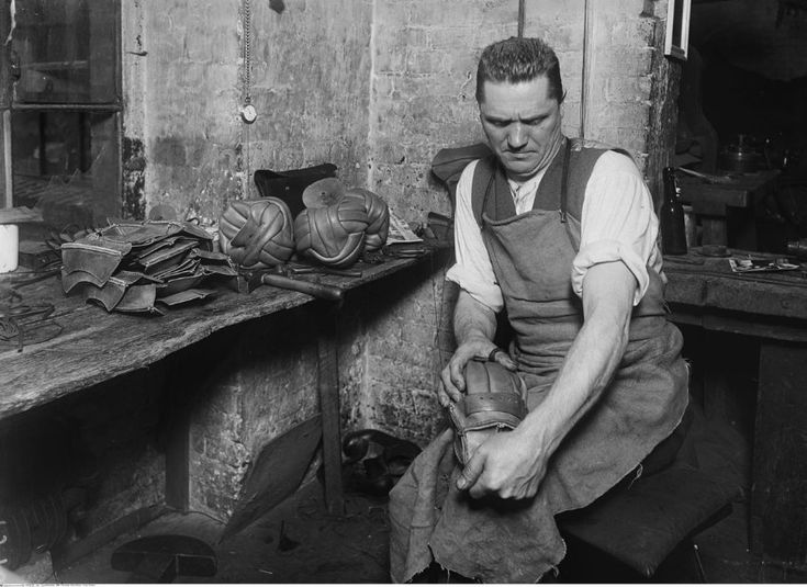 Alte Handwerksberufe: Als Männer noch Fußbälle nähten