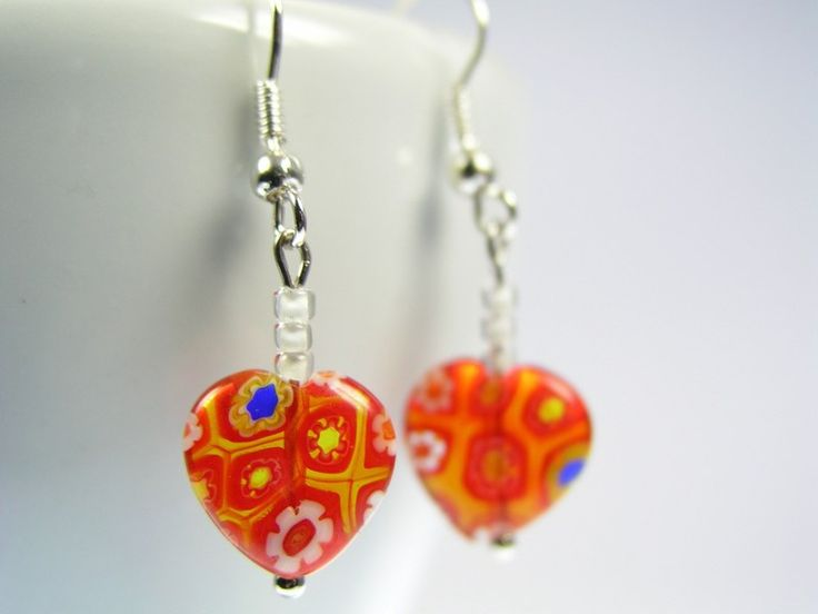 Bald ist Valentinstag.    Diese wunderschönen Ohrringe aus Glas in Form eines Herzen und mit Millifiori Muster sind nicht nur eine Liebesbeweis am Valentinstag.     Die rote Gl