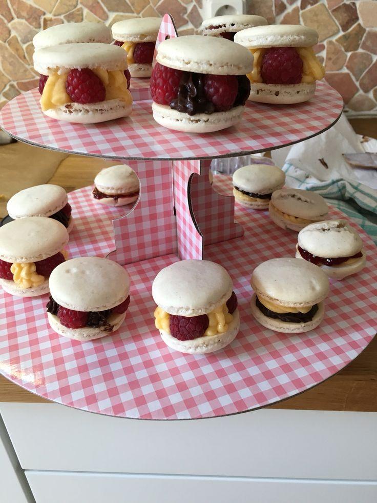 Macarons mit Himbeeren/Kirschen und  Zartbitterschokolade/Buttercreme