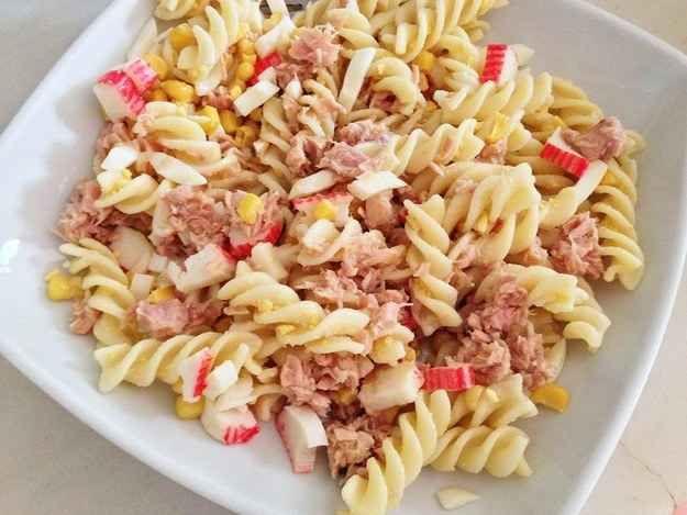 Pasta fría con atún, cangrejo y maíz.