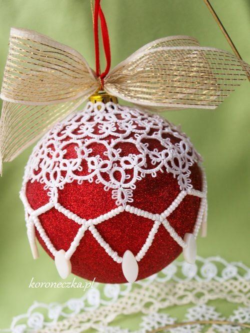 http://koroneczka.pl/  Koroneczka - frywolitki i ceramika: Nieprzyzwoita bombka #frywolitki #tatting #koroneczka #Christmas