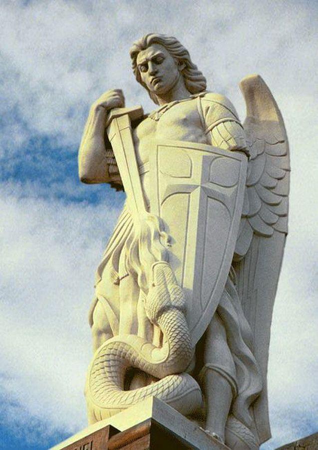 Arcanjo Miguel Príncipe dos Céus. Na sé de BSB ele deve de ser o mais alto?!