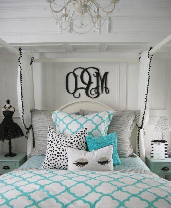 chambre moderne fille ado, coussins décoratifs et plafonnier baroque
