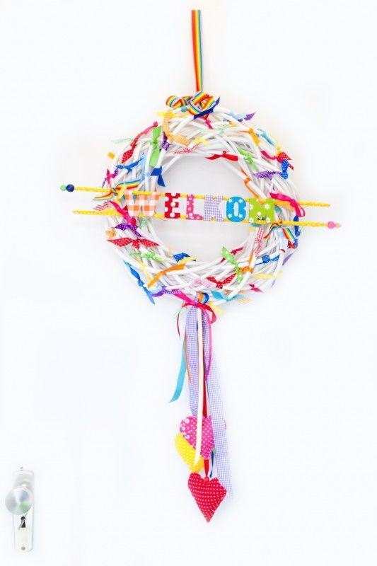 Krans met naam, hangers en lintjes € 49,95 Krans met naam in gewenste kleur en afmeting.  Je kunt zelf je kleurtjes en 3 hangers kiezen.  afm krans is 40 cm. ook vrkrijgbaar in 30 cm.  incl. naam (tot 6 letters) elke extra letter kost 3,00)