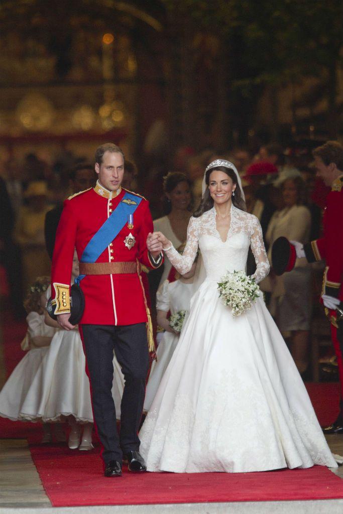 Diez años después de conocerse en la Universidad, Kate Middleton y William se dieron el sí quiero en la abadía de Westminster el 29 de abril de 2011. El traje de la novia estaba diseñado por Sarah Burton, directora creativa de Alexander McQueen.