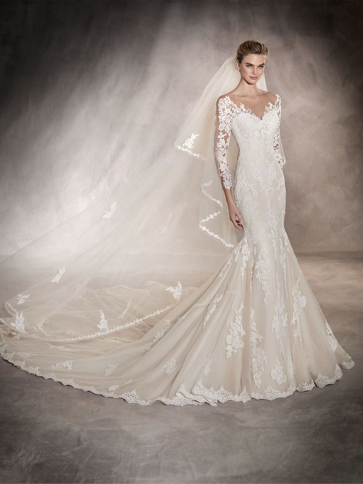 Tibet is a low waist wedding dress with 3/4 length sleeves. A mermaid dress with lace and guipure appliqués.