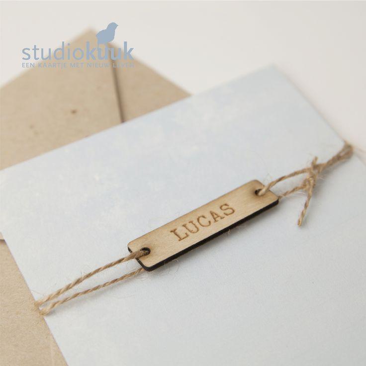 Geboortekaartje jongen_houten naamlabel_houten label_geboorte label_kokostouw_oud blauw_rustig_stijlvol_gerecyclede envelop grijs_kraft envelop_#www.studiokuuk.nl