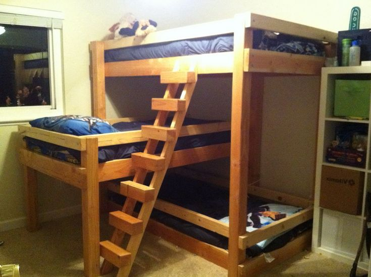 conserving space and staying trendy with triple bunk beds - Einfache Hausgemachte Etagenbetten