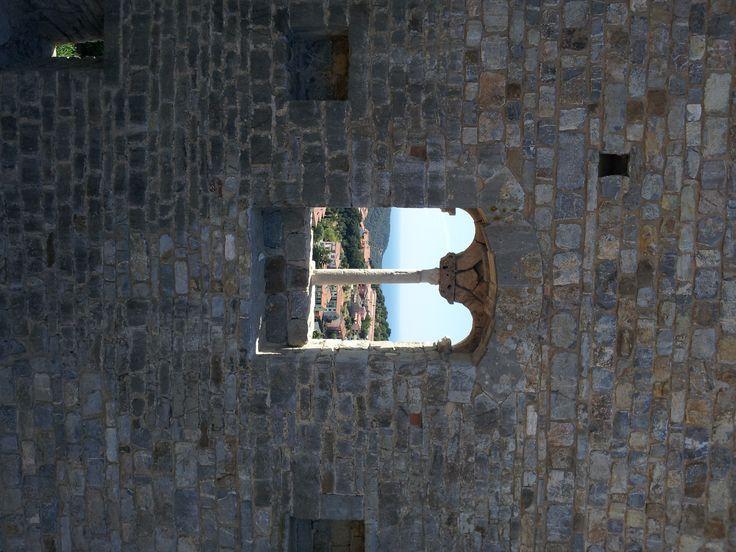 bifora del castello di Campiglia Marittima (Livorno)