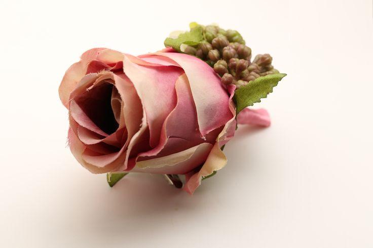Dit roze bloemen corsage is het perfecte accessoire op je blazer. Iedereen zal er verstomt van staan. http://justmerried.luondo.nl/11865303/roze-roos-corsage