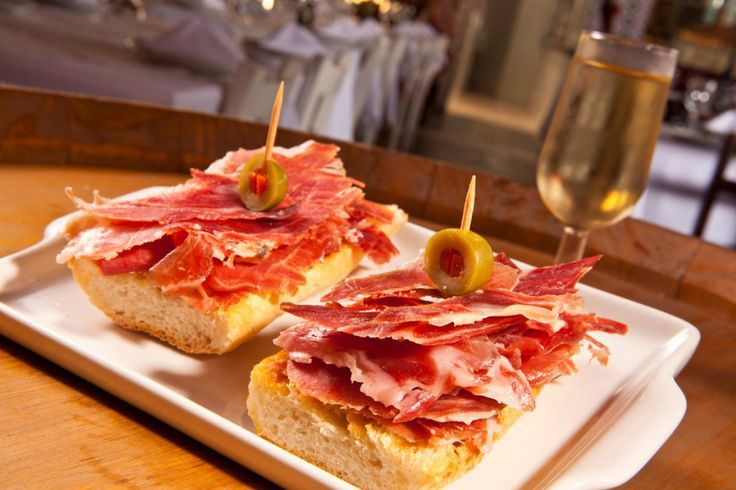 Nova opção de entrada no La Tasca: Montaditos de Jamón, fatias de presunto cru espanhol sobre crocante pão com tomate temperado (Foto: Divulgação)