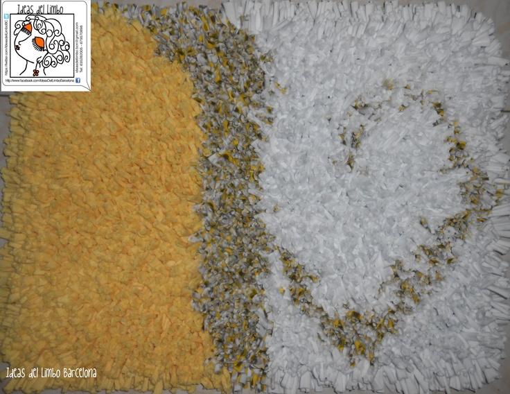 Alfombra en colores amarillo, blanco y estampado en amarillo y gris.  Medidas con flecos: 65cm x 50cm  Precio: 40,00€ - no incluye gastos de envío fuera del área de Barcelona.