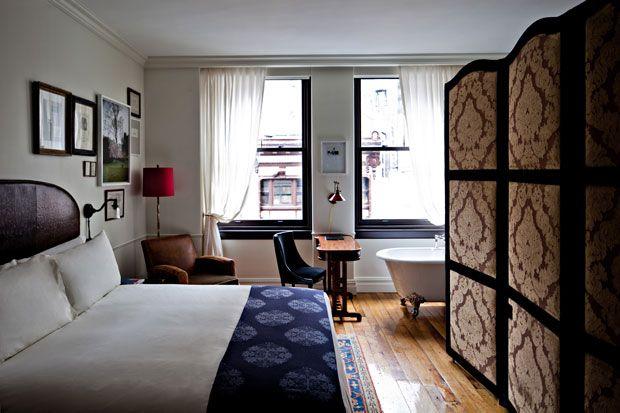 Una delle camere da letto 'Atelier' che rievoca la prima casa parigina di Jacques Garcia. Lo stile bohemienne è evidente dal separé che nasconde il bagno dalla stanza