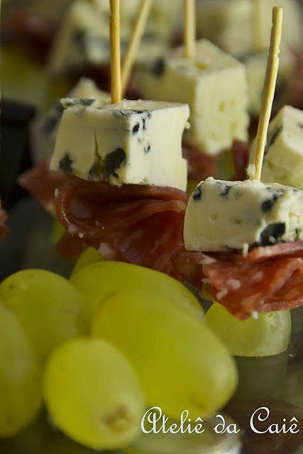 Espetinhos de gorgonzola, salame e uva.