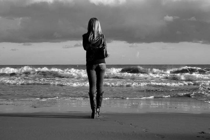 """Одиночество - это приз бонус награда. Который могут себе позволить лишь немногие. Например мужчины после 45 (в основном) вполне могут себе это позволить. Потому что уже накоплен достаточный опыт взаимоотношений и выработаны стратегии поведения почти в любой ситуации. Потому что их опыта хватает только на """"женские"""" дела)) А вот женщинам им вообще никогда нельзя. Ни даже в период позднего климакса. Жизнь она только тогда становится насыщенной когда в ней присутствуют и мужские и женские…"""